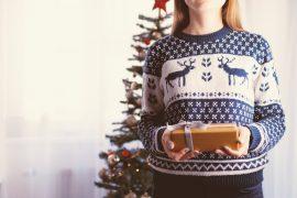 Femme qui tient un cadeau de Noël