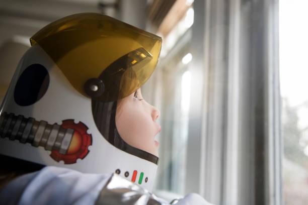 Gros plan sur une petite fille déguisée en astronaute