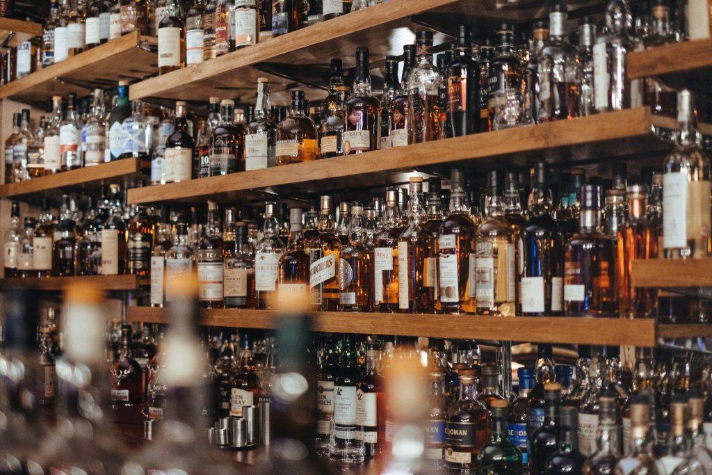 Etagère de whiskies