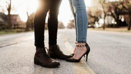 vue sur le bas des jambes d'un homme et d'une femme