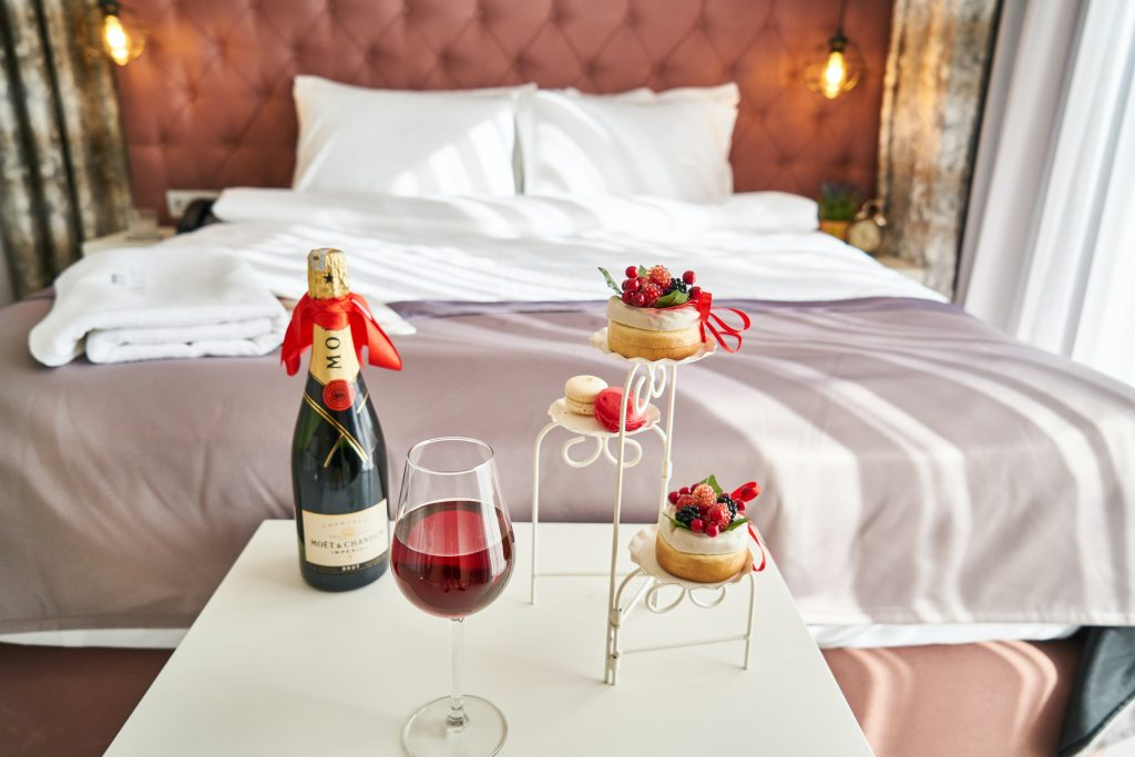 lit avec table et champagne
