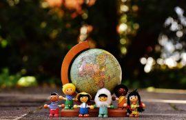 jouets en bois avec globe du monde