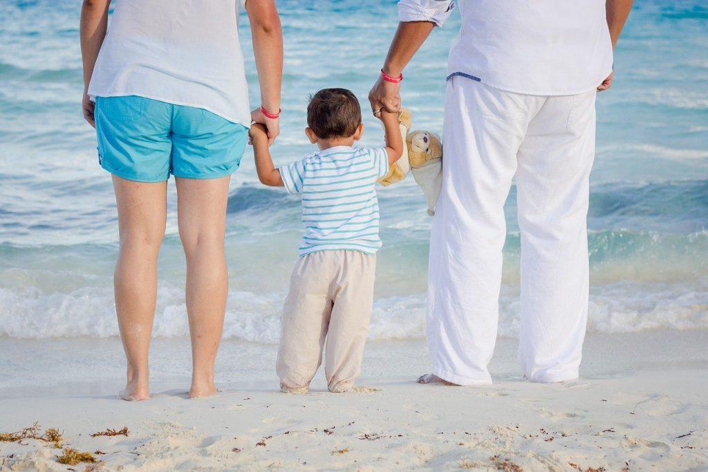 parents et leur bébé sur la plage